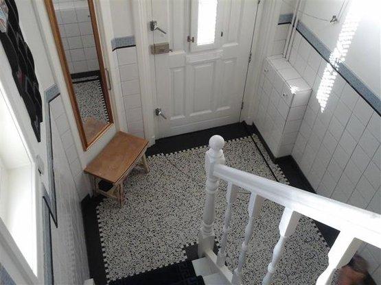 Stad aan 't Haringvliet | Vloer uitgevoerd met Terazzo 'Amsterdam' en rondom afgewerkt met mozaiek strip en zwart terazzo 'Ebano'